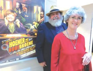 Koos Roets, regisseur, en Eunice Visser het die gaste Maandagaand verwelkom by die bekendstelling van Roets se     nuutse rolprent, Hoener met rooi skoene. Die nuwe rolprent, met Lizz   Meiring in die hoofrol, word eersdaags landwyd uitgereik.