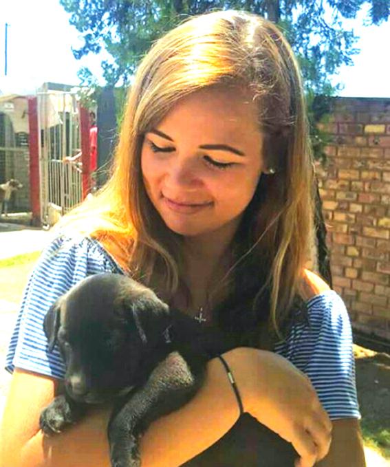 Liezel Meyer (18) en haar hondjie.