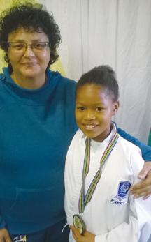 Sue-Alice Gysman van die Jikkiado ka-rateklub van Oudts-hoorn het die Wes- Kaap Saterdag in Durban verteenwoor-dig in die Elite onder 35kg vir o.11-mei-sies en 'n bronsme-dalje gewen. Sy het op 4 Maart ook n bronsmedalje gewen by die SA kampioenskap. Saam met haar is haar afrigter en mentor, sensei Avril Maarman.
