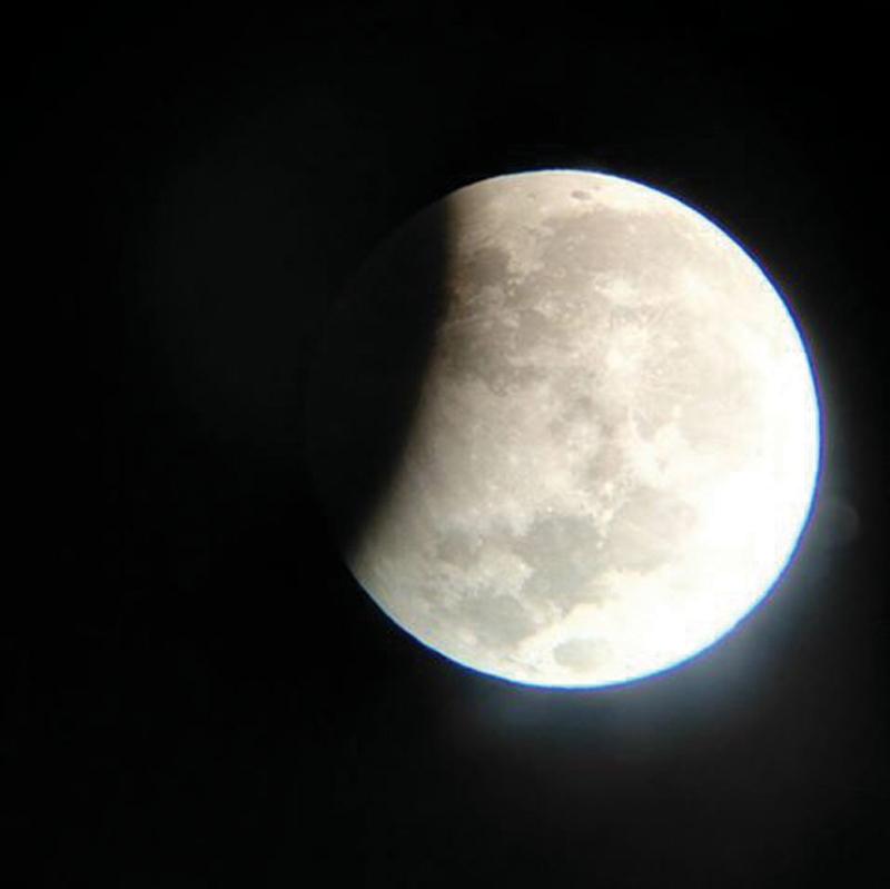 """Maandagaand was Suid-Afrikaners regtig """"met die maan gepla"""" toe 'n maansverduistering plaasgevind het. Dit was baie mooi sigbaar oor die Klein Karoo. Dié foto van die maan met die skadu van die aarde oor 'n deel daarvan is deur Steve Mouton van Oudtshoorn geneem."""