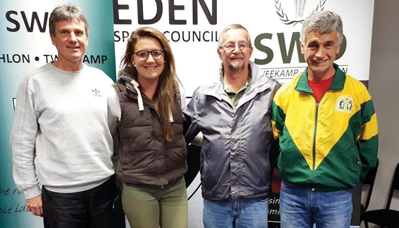 Dave van der Walt (naasregs), uittredende voorsitter van SWD Twee-kamp, saam met van die nuwe topbestuur, Marius Schlechter, vise-voorsitter, Stephnie McKay, voorsitter, en Johan Windt, vise-voorsitter.