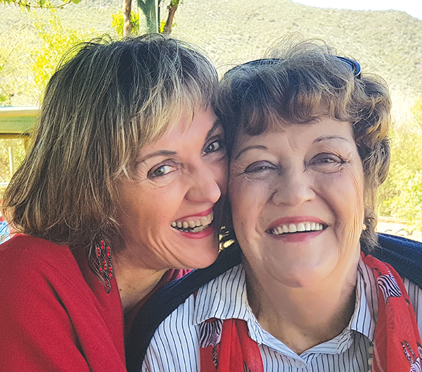 Elmarie Jacobs van Oudtshoorn en haar biologiese ma, Doreen du Plessis, wat mekaar 51 jaar na Elmarie se geboorte gevind het.