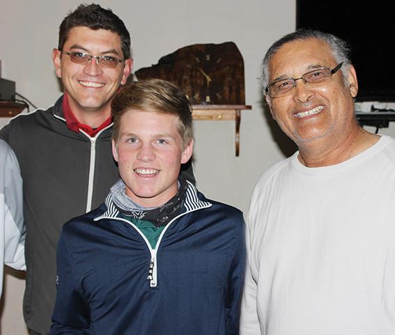 Ben van Wyk (middel) is die nuwe ope kampioen, saam met Louis Fourie (links) onderkaptein van die klub, en Winston Coere- cius president.           Foto: Higgo Jacobs